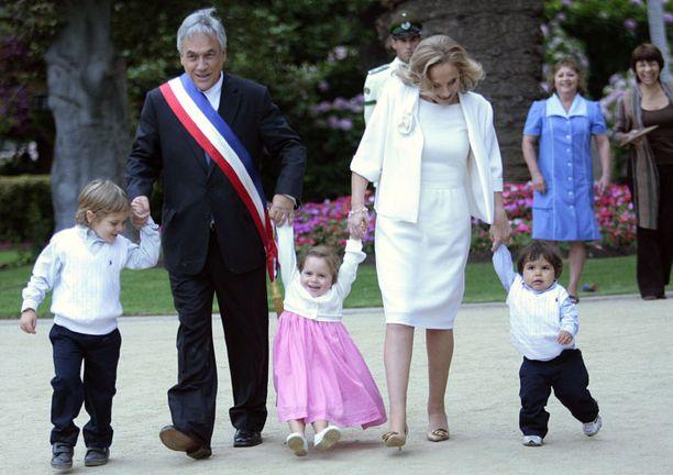 Sebastian Pineralla ja hänen vaimonsa Cecilia Morell leikkivät eilen lastenlastensa kanssa.