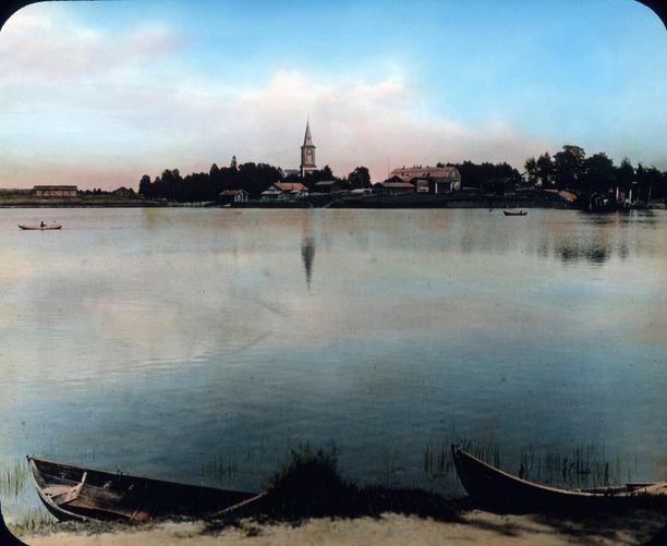 Sotkamon kirkonkylä järven yli nähtynä.