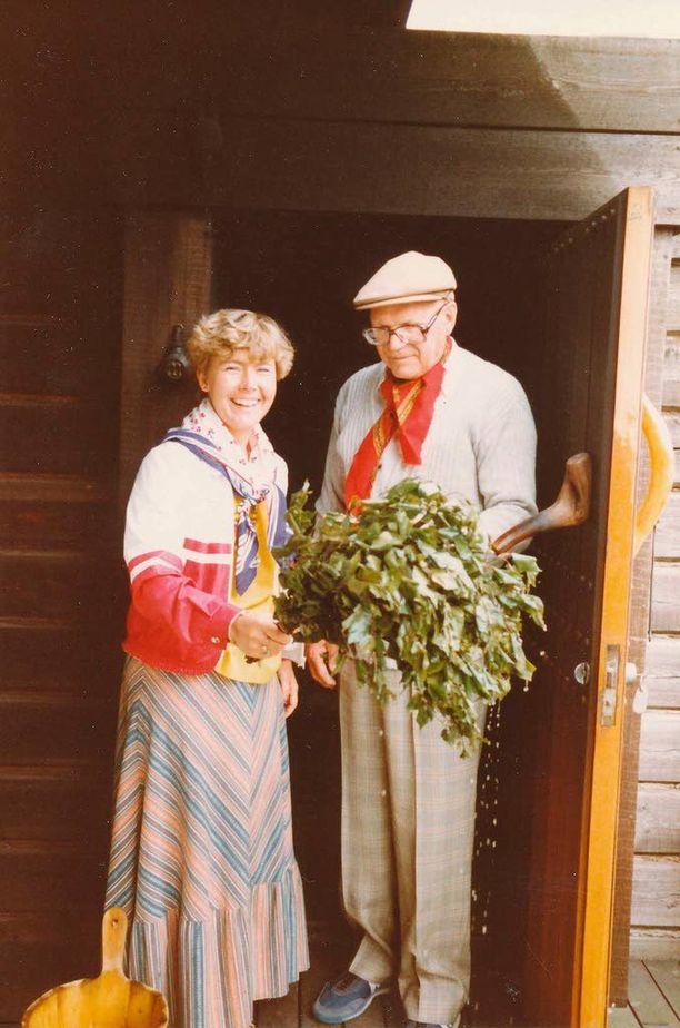 Tyrkkö ja Kekkonen päiväkävelyllä Kultarannan saunan edessä heinäkuussa 1980. Kamera on ollut presidentin miniän Marja Linnankiven kädessä. Seurue oli eri mieltä siitä, pitäisikö koivunlehtikimppua sanoa vihdaksi vai vastaksi.