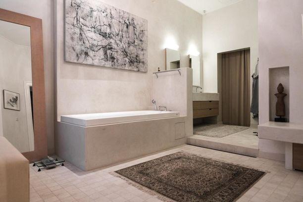 Taidetta ja mattoja kylpyhuoneessa - tätä harvoin näkee! Pitkä amme tuo luksusta suihkuhetkiin.