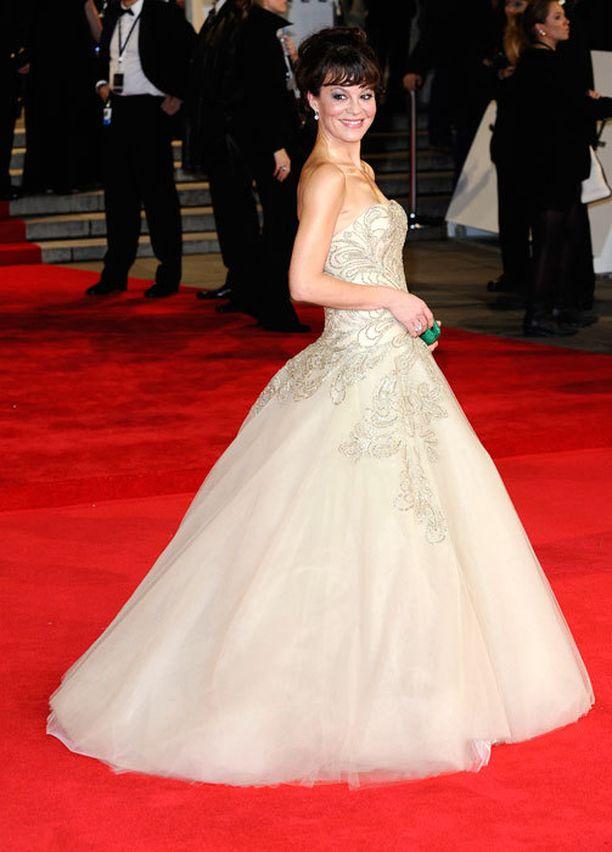 Brittinäyttelijä Helen McCrory ihastuttavassa vaaleassa iltapuvussaan.