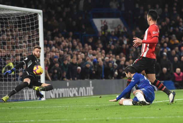 Alvaro Morata tai muu Chelsea-miehistö ei saanut palloa Angus Gunnin vartioimaan Southampton-maaliin.
