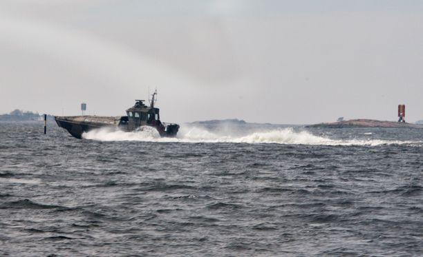 Helsingin edustan sukellusvenejahti puhuttaa naapurimaissa.