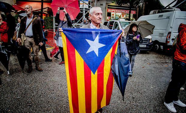 Katalonia itsenäiseksi! Totuus on kuitenkin se, että noin puolet katalonialaisista haluaa pysyä osana Espanjaa.