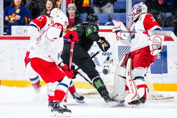 Jesse Joensuu laittaa kiekon Lokomotivin maaliin, kun maalivahti Ilja Konovalov on vasta palaamassa työpaikalleen. Osuma hylättiin maalivahdin häirintänä.