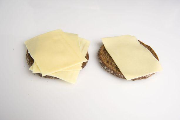 Yksi reilu juustosiivu painaa noin 10 grammaa. Näiden leipien päällä on siis yhteensä noin 40 grammaa juustoa.