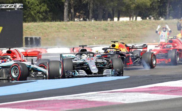Lewis Hamilton selvitti avausmutkat mallikkaasti, mutta britin takana Valtteri Bottas ja Sebastian Vettel osuivat toisiinsa.