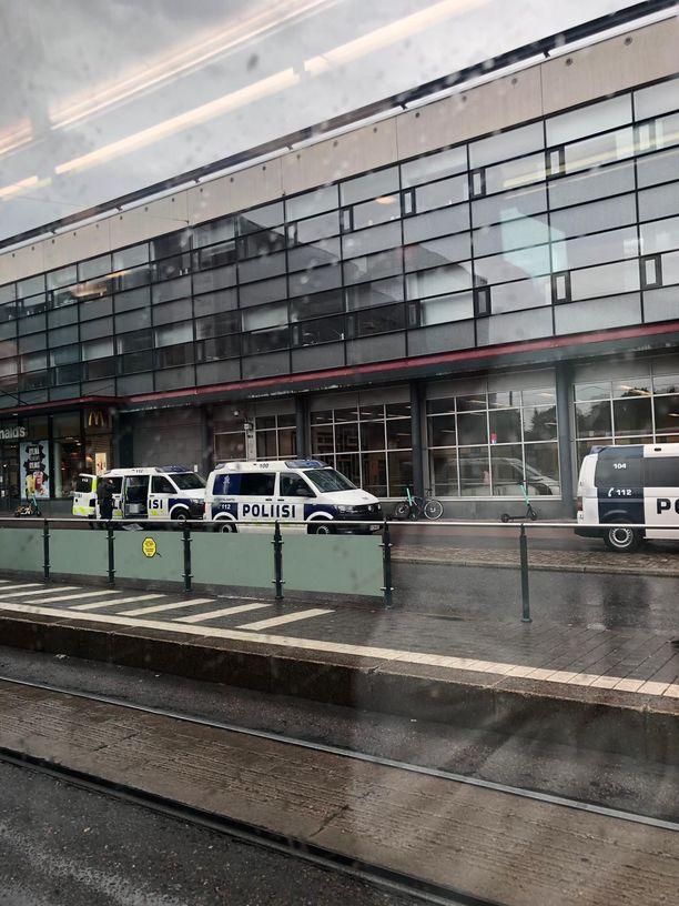 Poliisiautoja Ruoholahden metroasemalla sunnuntai-iltapäivänä.