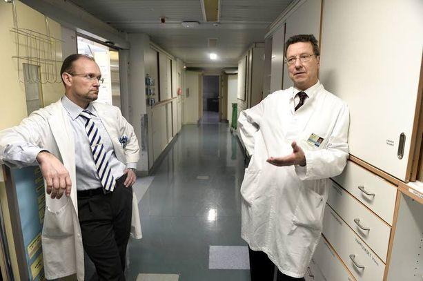 - Olemme oppineet selviytymään lähes mahdottomista tilanteista, vastaava ylilääkäri Eero Hirvensalo (oik.) sanoo vierellään ylilääkäri Jarkko Pajarinen.