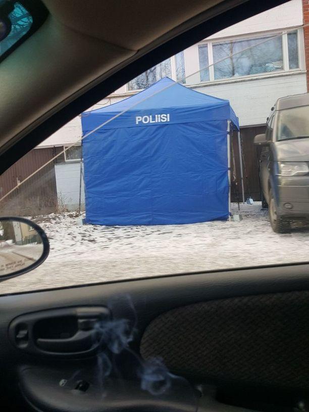 Poliisi teki teknistä tutkintaa Helilässä, jossa murha tapahtui marraskuussa.