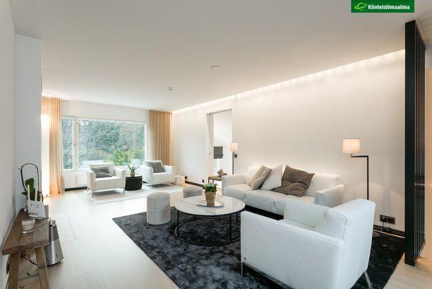 Tässä olohuoneessa suositaan epäsuoraa valoa ja useita valonlähteitä. Luonnollinen tunnelma tuo laaduntuntua ja harmoniaa tilaan.