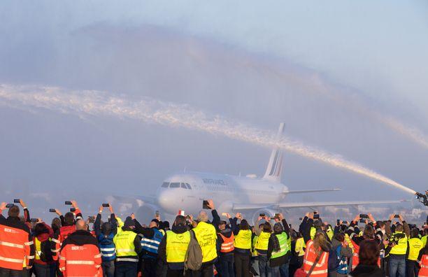 Sadat Tegelin lentoaseman työntekijät seurasivat viimeistä kentältä noussutta lentoa.