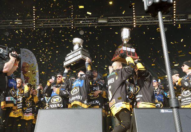 Kärpät puolustaa SM-kultaansa ylivoimaisen runkosarjavoiton jälkeen. Viime vuonna torilla juhlivat sekä miehet että naiset.