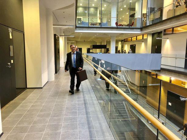 Paavo Väyrynen saapui käräjäoikeuden istuntoon torstaiaamuna.