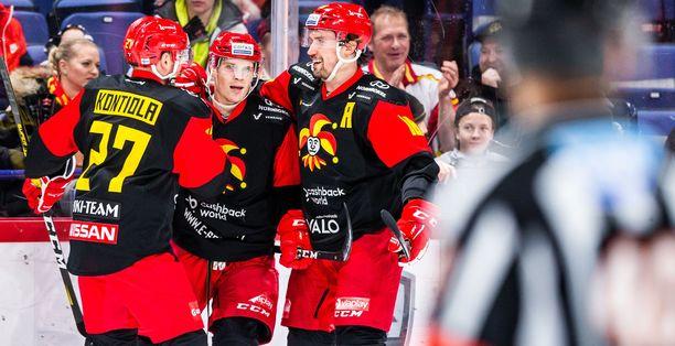 2–0-maalin laukonut Mikko Lehtonen saa onnittelut Petri Kontiolalta (vas.) ja Sami Lepistöltä (oik.)