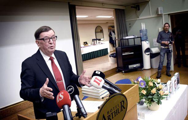 Keskustan kunniapuheenjohtaja Paavo Väyrynen ilmoitti torstaina pyrkivänsä jälleen keskustan puheenjohtajaksi. Tiedotustilaisuuteensa hän oli tuonut taas kerran kirjojaan.
