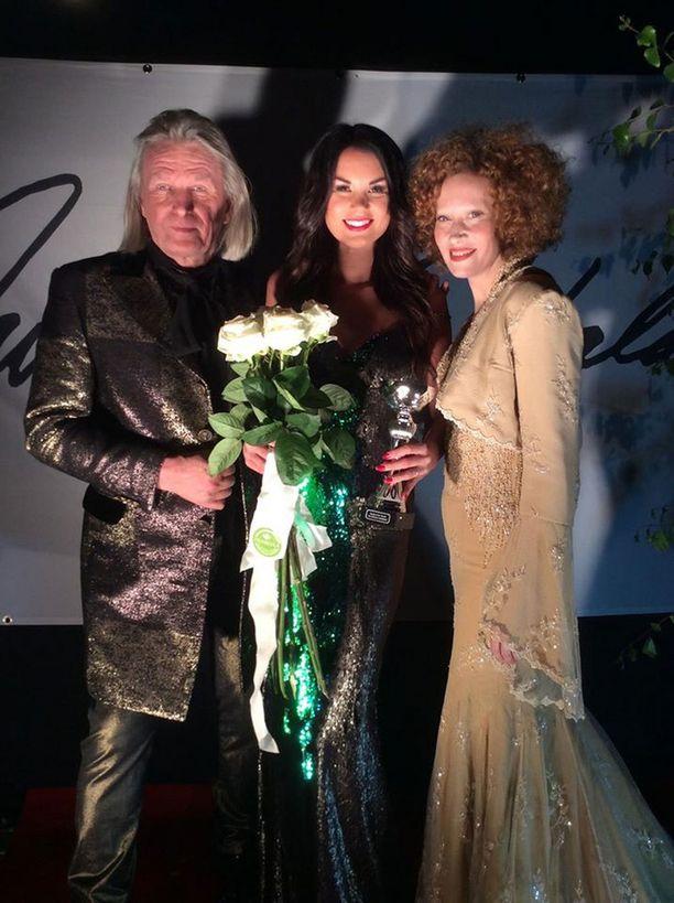 Jukka Rintala, Iina Immonen ja Saimi Hoyer poseerasivat yhdessä voittajan valinnan jälkeen.