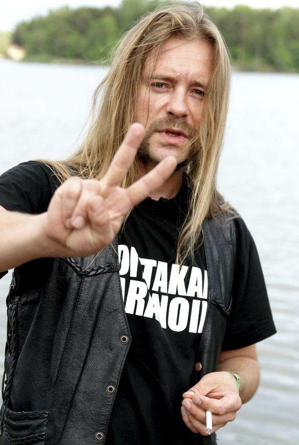 Roope Latvala erotettiin Children Of Bodomista vuonna 2015.