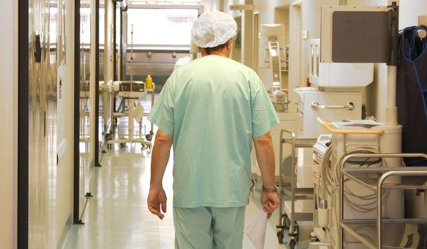 Syyttäjän mukaan yksi G1-osaston hoitajista löi yövuorossa puolustuskyvytöntä, sängyssä maannutta 80-vuotiasta potilasta nyrkillä rintakehään ja vatsaan useita kertoja. Kuvituskuva.