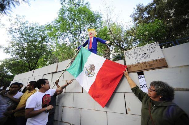 Mielenosoittajat rakensivat muurin pahvilaatikoista.