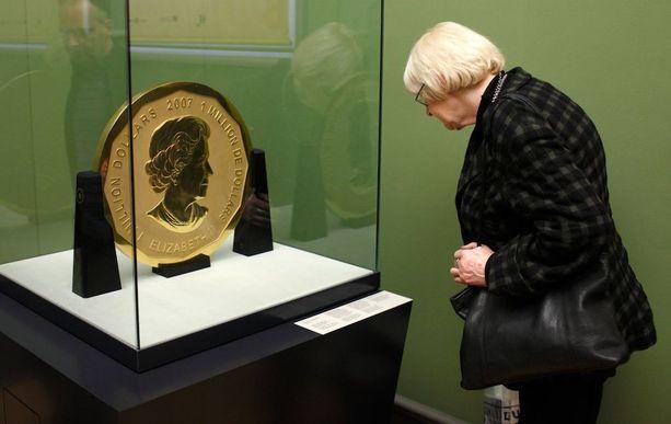 Varastetun kolikon on halkaisija on 53 senttiä, paksuus kolme senttiä ja siinä on Englannin kuningatar Elisabet II:n kuva.