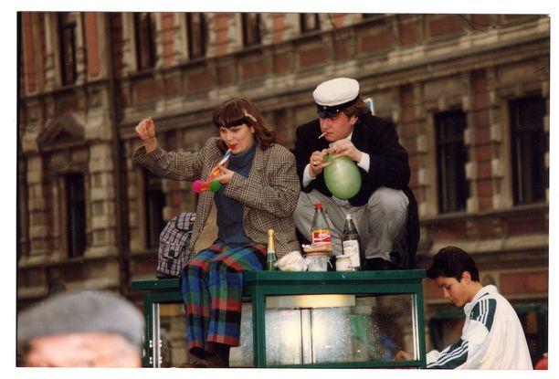 Vappuna voi kokea olevansa muiden yläpuolella. Esimerkki vappuaatolta vuodelta 1995.