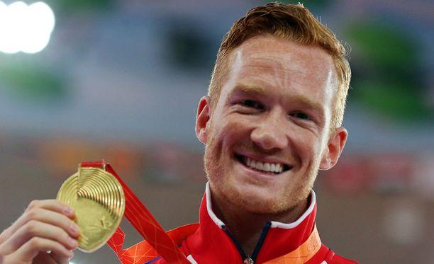 Greg Rutherford esittelee Pekingin MM-kilpailujen kultamitalia. Britti on hallitseva mestari myös EM-kisoissa, olympialaisissa ja Kansainyhteisön kilpailuissa.