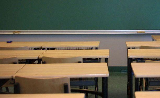 Pienessä  koulussa kuohuu vanhempien ja koulunjohtajan välillä. Kuvituskuva.