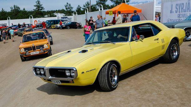 """Pontiac Firebird 1967:n keulaa hallitsee automerkille tyypilllinen """"intiaanipäällikön nenä""""."""
