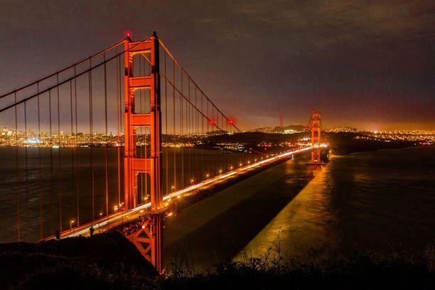 Golden Gate on maalattu erottuvalla värillä. Sävyn nimi on International Orange.