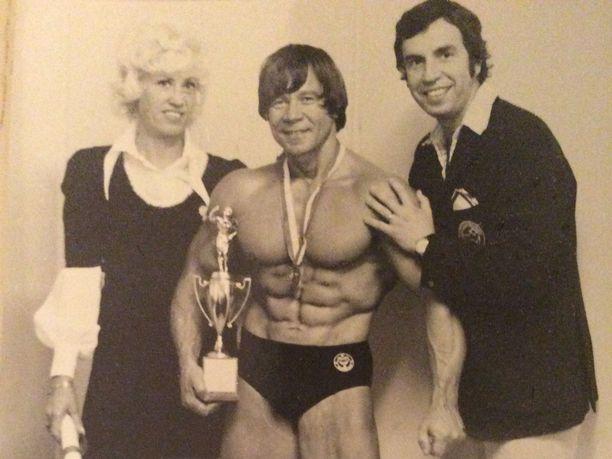 Eino Akkila (kesk.) poseeraa vuonna 1973 voitettuaan Ruotsin mestaruuden.