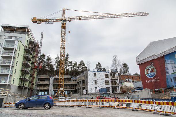 Rakennusala on päässyt sopuun uudesta 22 kuukauden mittaisesta työehtosopimuksesta. Kuvassa uudisrakentamista Santalahdessa Tampereella.