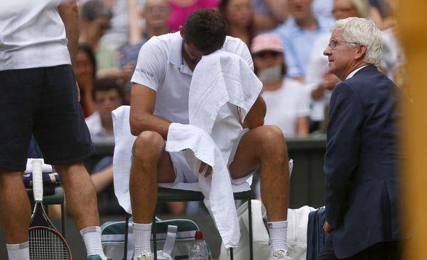 Marin Cilic kyynelehti jouduttuaan turvautumaan lääkintähenkilökunnan apuun Wimbledonin finaalissa.