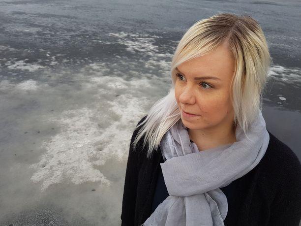 Kouvolalainen Nita Ahola on huolissaan vanhempiensa mökkivedestä Sarkavedellä. Kesän saunomiset ja uimiset ovat epävarmoja ja luonnon kokemat vahingot harmittavat.