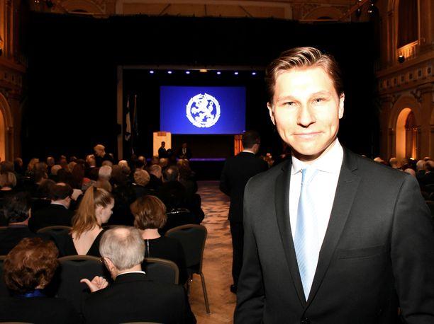 Tuore isä, oikeusministeri Antti Häkkänen (kok) oli jättänyt tyttärensä kotiin osallistuessaan lauantaina kokoomuksen satavuotisjuhliin Vanhalla ylioppilastalolla Helsingissä.