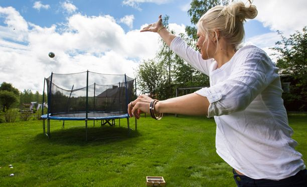 Mari Laukkanen heittää petankkipalloa juhannuksena Pohjois-Karjalassa.