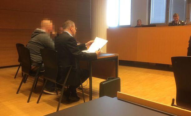 Merisotakoulun kouluttaja sai tuomion törkeästä kavalluksesta, törkeästä palvelurikoksesta, räjähderikoksesta ja törkeästä ampuma-aserikoksesta.