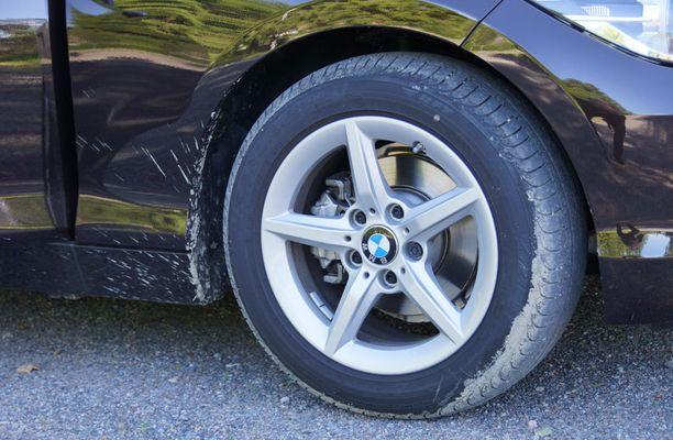 Business-hintaisen auton vanteet ovat 16-tuumaiset, ja rengasprofiili maltillinen.