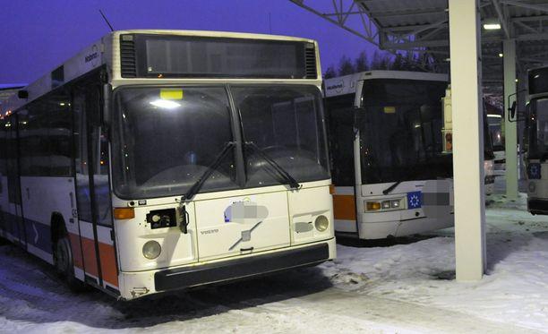 Lippukiista johti pahoinpitelyyn bussissa Espoossa. Kuvan bussit eivät liity tapaukseen.