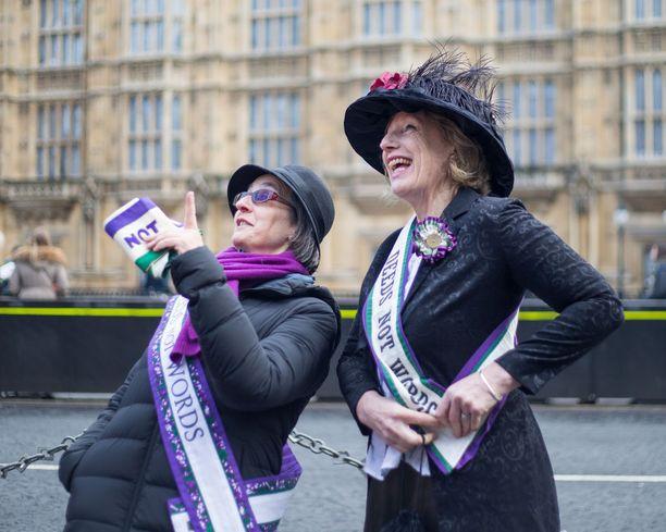 Osa juhli merkkipäivää pukeutumalla kuin suffragetit taannoin.