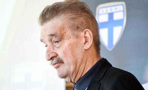 Palloliiton puheenjohtaja Pertti Alaja on kuollut vaikean sairauden uuvuttamana.