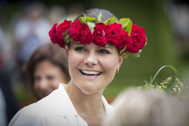 Kruununprinsessa Victoria sai viime kesänä 39-vuotissyntymäpäivillään kukkaseppeleen kutreilleen.