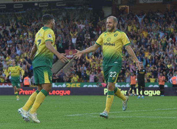 Teemu Pukki (oikealla) oli juhlittu sankari Norwichin sensaatiovoitossa.