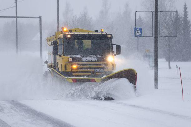 Poikkeuksellinen lumimyrsky keskeytti kevään odotuksen Koillis-Suomessa tiistaina. Kuvituskuva.