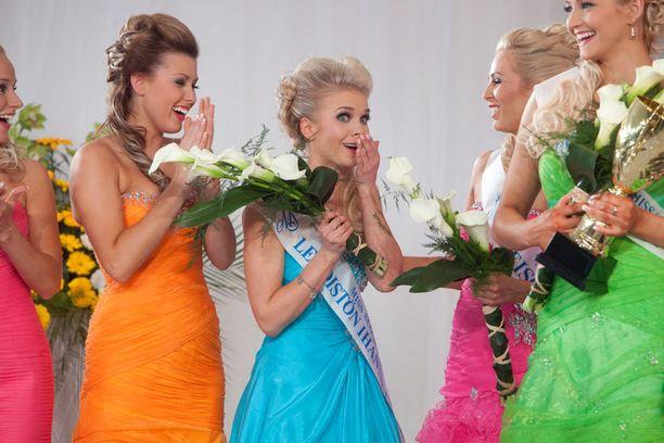 Miss Suomi Lotta Hintsa vakuuttaa, ettei hän lipsauttanut ainakaan v-sanaa.