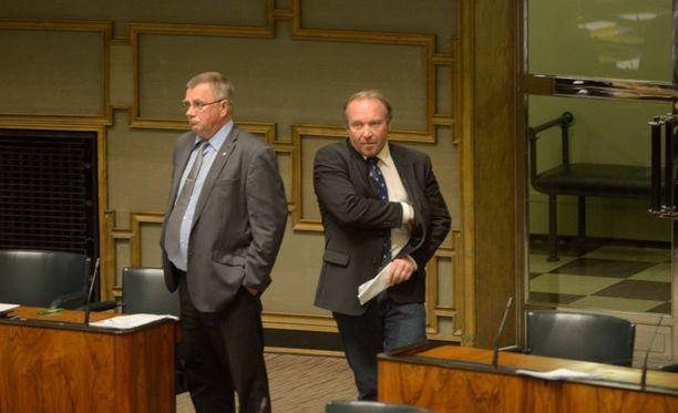 Perussuomalaisten Pentti Oinonen ja Teuvo Hakkarainen kannattavat pedofiileille mahdollisimman kovia rangaistuksia.