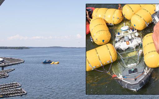 Merivartijoiden turmavene saatu nostettua vedestä Loviisassa – monen tunnin operaatio