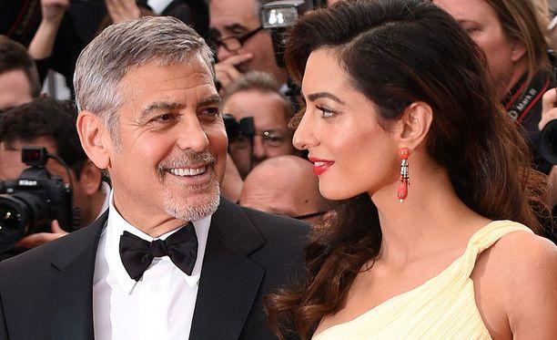Amal Clooney ja George Clooney kihlautuivat vuonna 2014. Samana syksynä pariskunta vihittiin. Tänä kesänä George ja Amal saivat kaksoset, Ellan ja Alexanderin.