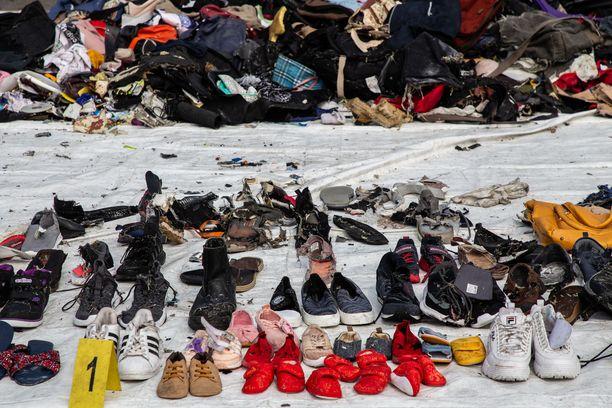 Merestä on nostettu muun muassa koneessa olleiden kenkiä.