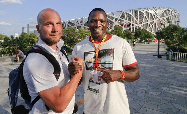 Kun kaikki oli vielä hyvin. Petteri Piironen ja Julius Yego poseerasivat yhdessä Pekingin MM-kisoissa vuonna 2015.
